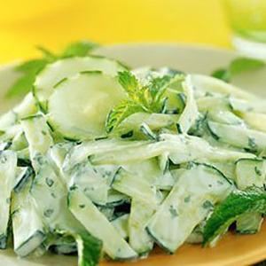 салат из огурцов и капусты со сметаной